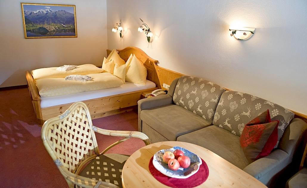 Zimmer Kitzbühel Bett und Sofa