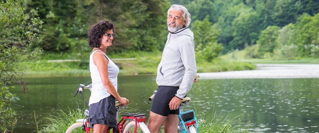 gemeinsam Fahrradfahren am See
